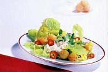 Süß und pikant gehen beim Melonen-Romana-Salat mit Quarkcreme eine köstliche Verbindung ein. Foto: djd/www.karlotta-unterwegs.de - SORRY BILD IST UNSCHARF
