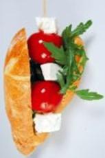 Ein leckerer Snack für unterwegs: das knackige Tomatenspieß-Baguette. Foto: djd/www.karlotta-unterwegs.de