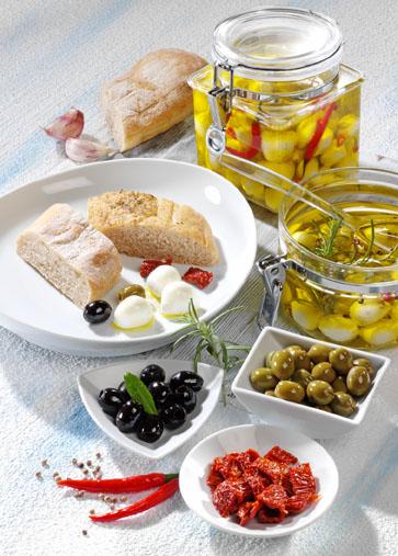 Vorspeise: Antipasti mit marinierten Mozzarella-Bällchen (Vegetarier geeignet) - Foto: Wirths PR
