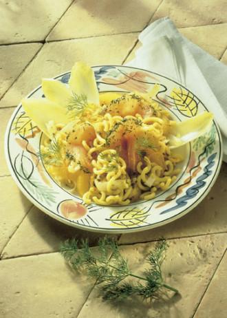 Schnelle-Gerichte: Gabelspaghetti mit Chicorée, Lachs und Orangenfilets - Foto: Wirths PR