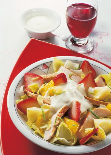 Rezept: Geflügelsalat mit Erdbeeren - Foto: Wirths PR