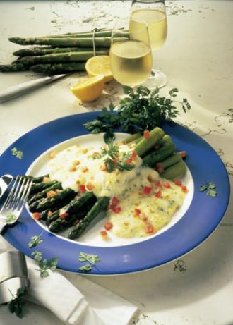 erfekte Rezepte - Rezept für: Grüner Spargel mit Mozzarella (Vegetarier geeignet) - Foto: Wirths PR