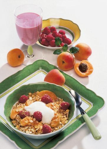 Müsli-Rezept: Himbeer-Aprikosen-Müsli mit Himbeershake ein fruchtiges Frühstück - Foto: Wirths PR