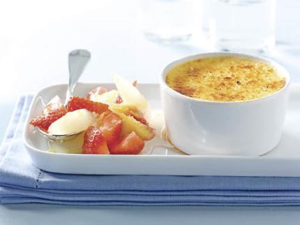 Nachspeise: Limonen-Crème-brûlée mit Spargel-Erdbeer-Salat (Vegetarier geeignet) - Foto: Deutsches Weintor / Wirths PR