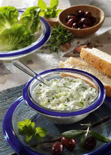 Snack-Rezept: Tsatsiki mit Oliven (Vegetarier geeignet) - Foto: Wirths PR