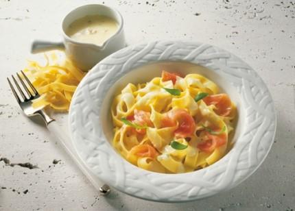 Hauptgericht: Bandnudeln mit Käse-Sauce und Lachs - Foto: Wirths PR
