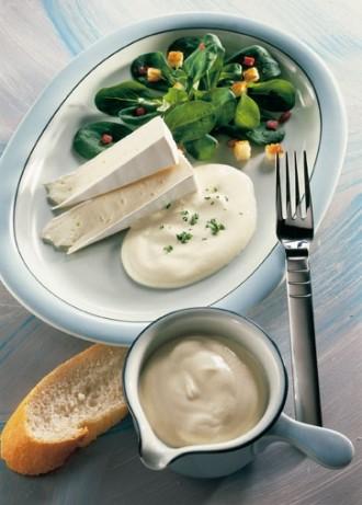 Salat-Rezept: Feldsalat mit Knoblauch-Croûtons und Brie - Foto: Wirths PR