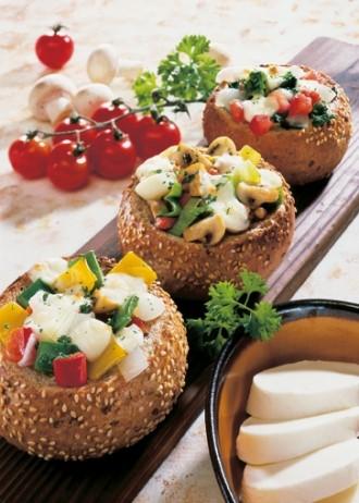 Snack-Rezept: Gefüllte Brötchen mit Mozzarella (Vegetarier geeignet) - Foto: Wirths PR