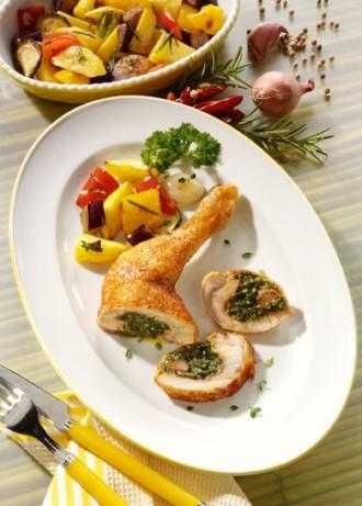 Hauptgericht: Gefüllte Hähnchenkeulen mit Kartoffelratatouille - Foto: Wirths PR