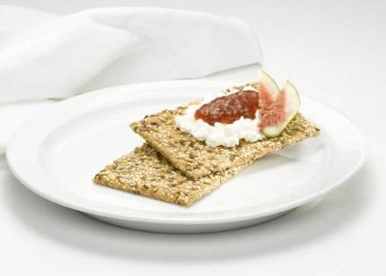 Frühstücks-Rezept: Genießer-Knäcke mit Feige und Frischkäse (Vegetarier geeignet) Foto: Dr. Karg's Genießer-Knäckebrot