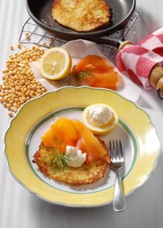 Hauptspeise: Gelbe Erbsen-Reibekuchen mit Meerrettichsahne und Räucherlachs - Foto: Wirths PR