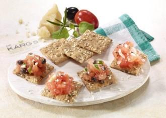 Snack-Rezept: Knäckebrot-Bruschetta mit Tomaten und Knoblauch (Vegetarier geeignet) - Foto: Wirths PR / Dr. Karg Genießer-Knäckebrot