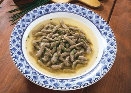 Suppen-Rezept: Schwäbische Leberspätzle in Rinderbrühe - Foto: Wirths PR