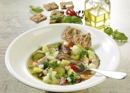 Suppen-Rezept: Minestrone mit Speck - Foto: Wirths PR / Dr. Karg Genießer-Knäckebrot