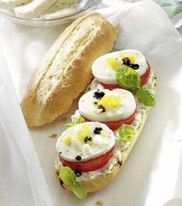 Snack-Rezept: Mozzarella-Basilikum-Baguette mit Crema di Balsamico (Vegetarier geeignet) - Foto: Wirths PR