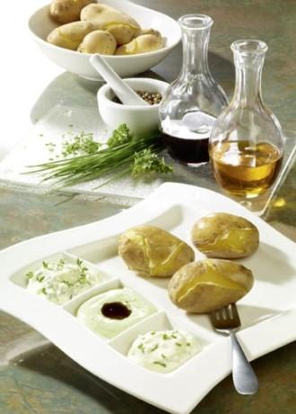 Schnelle Gerichte: Pellkartoffeln mit Quarkdips, Leinöl und Kürbiskernöl (Vegetarier geeignet) - Foto: Wirths PR