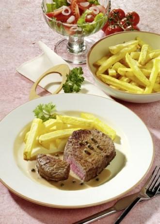 Hauptgericht: Pfeffersteak mit Pommes-Frites - Foto: Wirths PR
