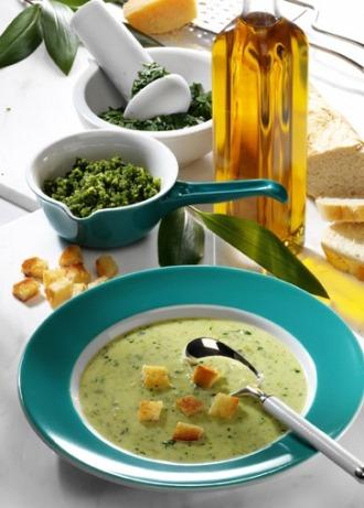 Suppen-Rezept mit Extra: Rahmsuppe mit Bärlauch-Pesto (Vegetarier geeignet) - Foto: Wirths PR