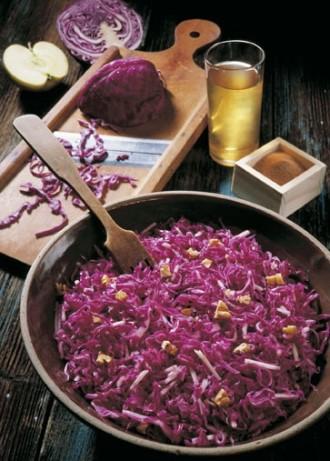 Salat-Rezept: Rotkrautsalat mit Nüssen - Foto: Wirths PR