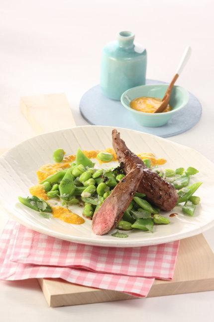 Rezept des Tages: Gebratene Lammfilets mit Möhren-Walnuss-Pesto auf Bohnen - Copyright: UFOP - Freigegeben