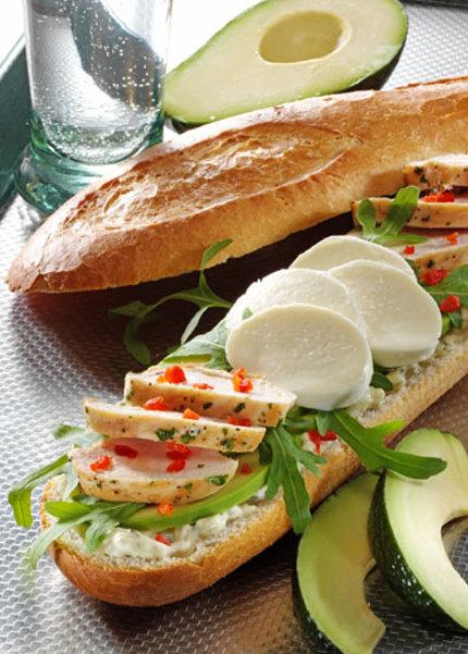 Snack-Rezept: Mozzarella-Baguette mit Hähnchenfilet und Avocado - Foto: Wirths PR