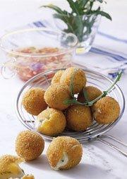 Snack-Rezept: Frittierte Mozzarella-Basilikum-Bällchen (Vegetarier geeignet)